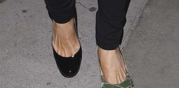 Wyszła w dwóch różnych butach. Kto?