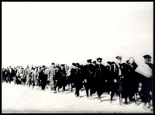 """Policjanci i cywilni """"wrogowie ludu"""" aresztowani we wrześniu 1939 r. i konwojowani przez oddziały konwojowe NKWD do punktów załadunkowych za granicą polsko-sowiecką"""