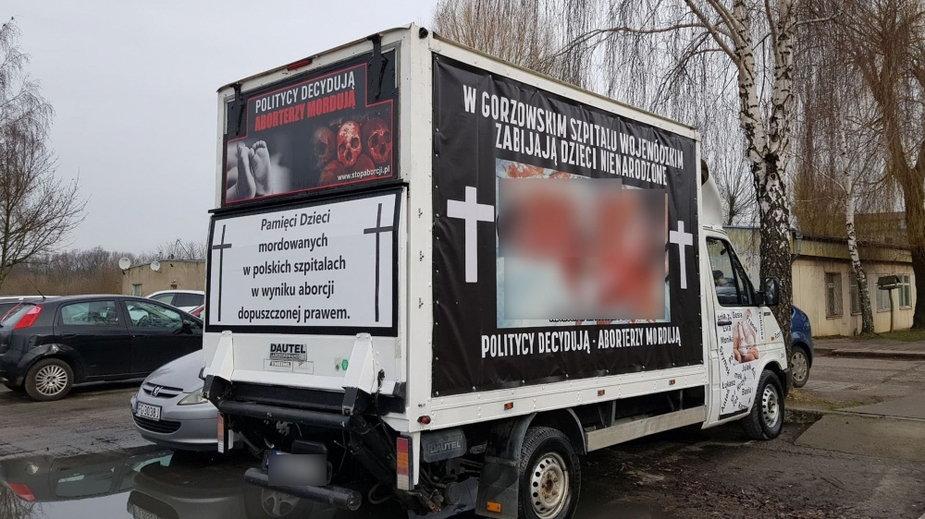 Antyaborcyjna furgonetka przed gorzowskim szpitalem