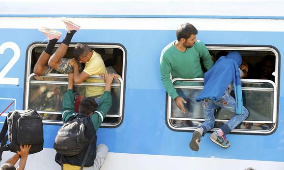 Izbeglice ulaze u voz u Tovarniku
