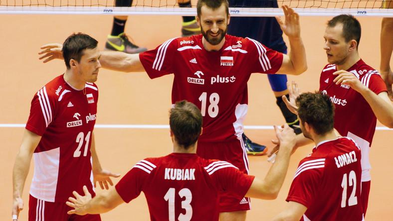 Rafał Buszek (L), Marcin Możdżonek (C), Bartosz Kurek (P), Michał Kubiak (2L tyłem) i Grzegorz Łomacz (2P tyłem) cieszą się ze zdobycia punktu w trakcie meczu Polska - Wenezuela