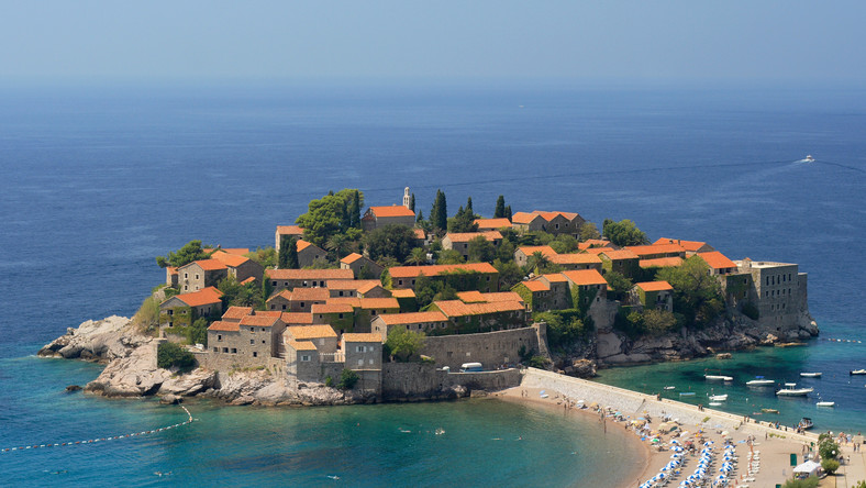 Dawna wioska rybacka, dziś jest turystyczną wizytówką Czarnogóry. Położony niedaleko miasta Budwa malowniczy, ale bardzo dziwny półwysep. Dziwny dlatego, że z kontynentem łączy go tylko wąski pas ziemi. Ci, którzy zwiedzą malowniczą zabudowę wyspy, mogą potem wypocząć na położonych na stałym lądzie plażach.