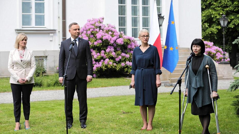 Prezydent Andrzej Duda podczas rozmowy z działaczkami Związku Polaków na Białorusi: Marią Tiszkowską i Ireną Biernacką