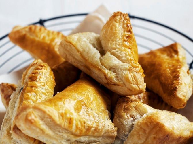 Toliko je SOČNO, HRSKAVO I SLASNO da nema reči da se to opiše: DOMAĆE LISNATO TESTO bolje je i od onog u najboljoj pekari, a recept je smešno jednostavan!