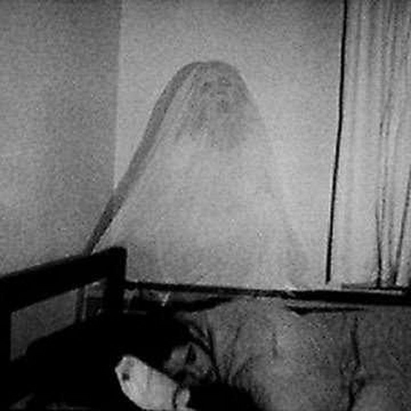 Widmo obserwuje śpiącą kobietę