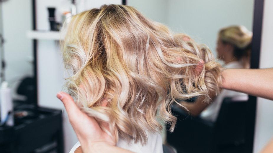 Zobacz propozycje delikatnych fryzur do sukienek na wesele