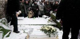 Łzy nad białą trumną. Tłumy żegnały małą Madzię. Zdjęcia