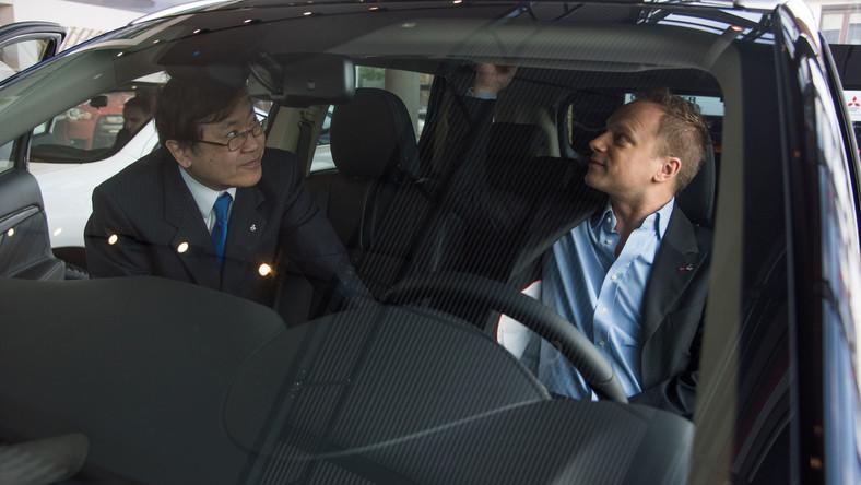 Maciej Stuhr zasiadł za kierownicą najnowszego auto prosto z Japonii. Zdaniem producenta polski aktor odebrał klucze do pierwszego na świecie hybrydowego SUV-a z elektrycznym napędem na cztery koła...