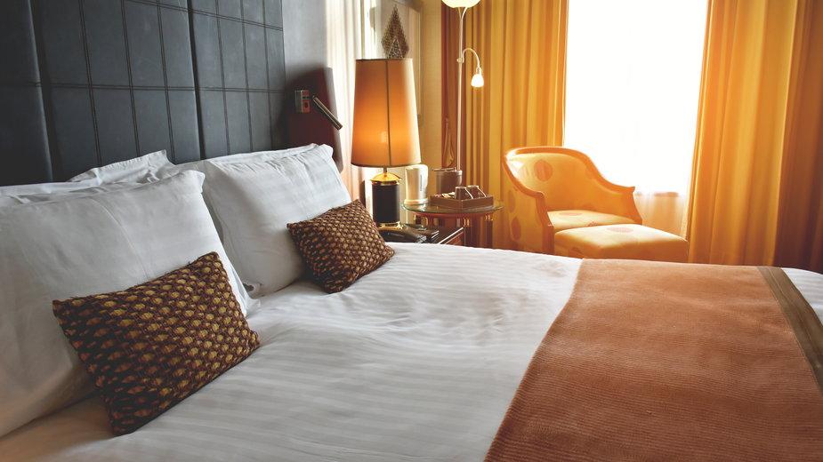 Jak znaleźć ukrytą kamerę w pokoju hotelowym?