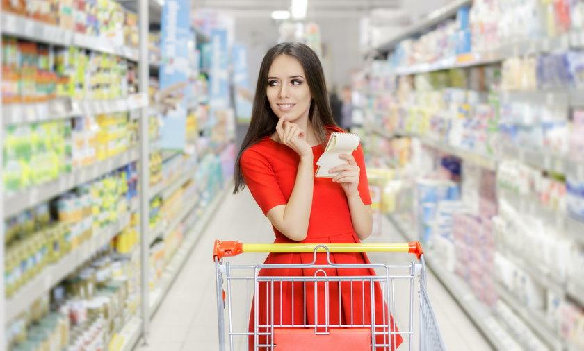 kobieta robiąca zakupy z lista zakupów