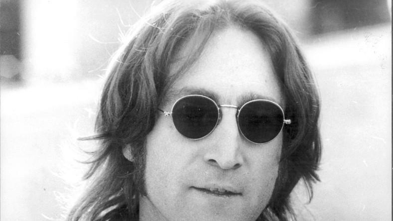 John Lennon –jedna z najważniejszych postaci w historii muzyki, jeden z czterech legendarnych Beatlesów –przewidział swoją śmierć. Niemal dwadzieścia lat wcześniej na pytanie dziennikarzy o to, czy wyobraża sobie, jak umrze, odpowiedział: –Pewnie zostanę zdmuchnięty przez jakiegoś pomyleńca. 8 grudnia, 1980 roku o godzinie 22.50. Mark Chapman oddał w jego kierunku pięć śmiertelnych strzałów. Nie było szans na ratunek. O 23.07 lekarze stwierdzili zgon byłego Beatlesa.