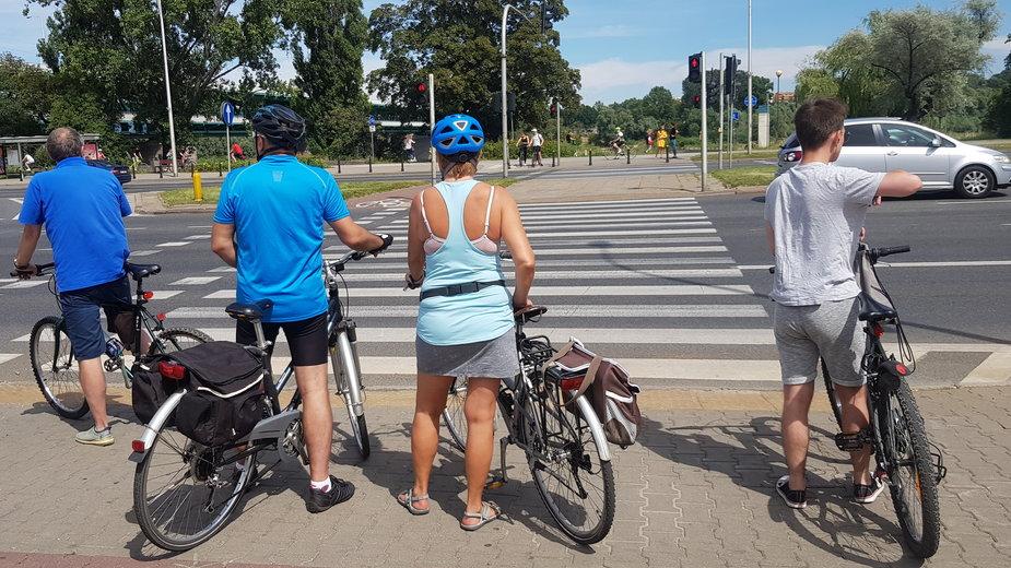 Rowerzyści przed przejściem dla pieszych w Warszawie
