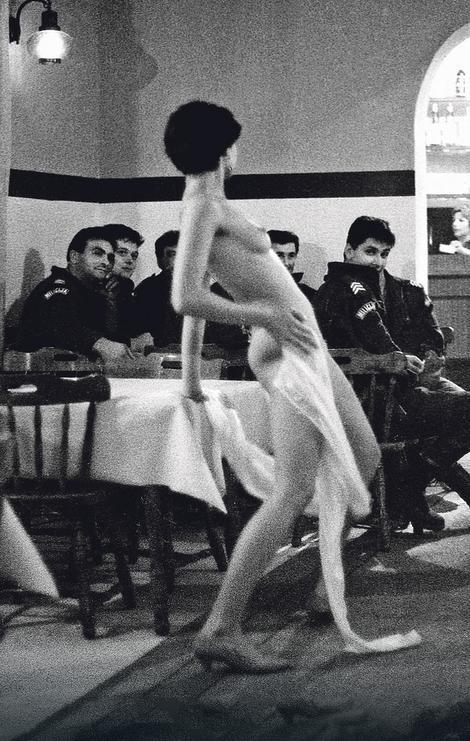 """Striptizeta je bila lepotica kakva se retko sreće, i policajci i vojnici, kojih je bilo u to vreme mnogo u Odžacima i u """"Najsu"""", tako su se i odnosili prema njoj: želeli su da uživaju u ugođaju, pogotovo što nisu mogli znati šta donosi dan"""