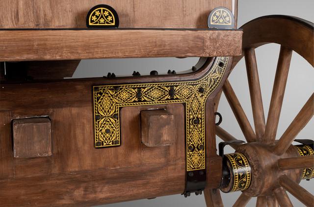 Izrađena je sa bogato ornamentisanom oplatom i ukrasima od gvožđa
