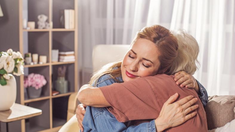 Czułe powitanie córki z matką