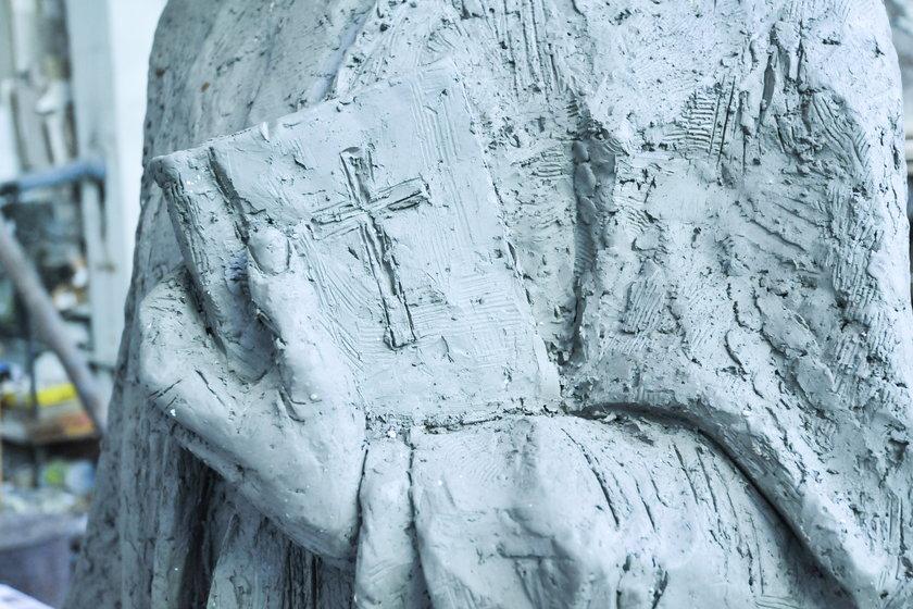 Pomnik Karola Wojtyły z walizką