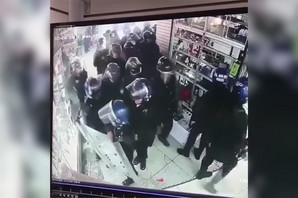 ŠOK Policajci uhvaćeni u krađi u prodavnici, sigurnosne kamere sve SNIMILE (VIDEO)