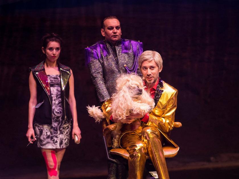Tańczący z gwiazdami - sztuka inspirowana postacią dziennikarza, Bohdana Gadomskiego.