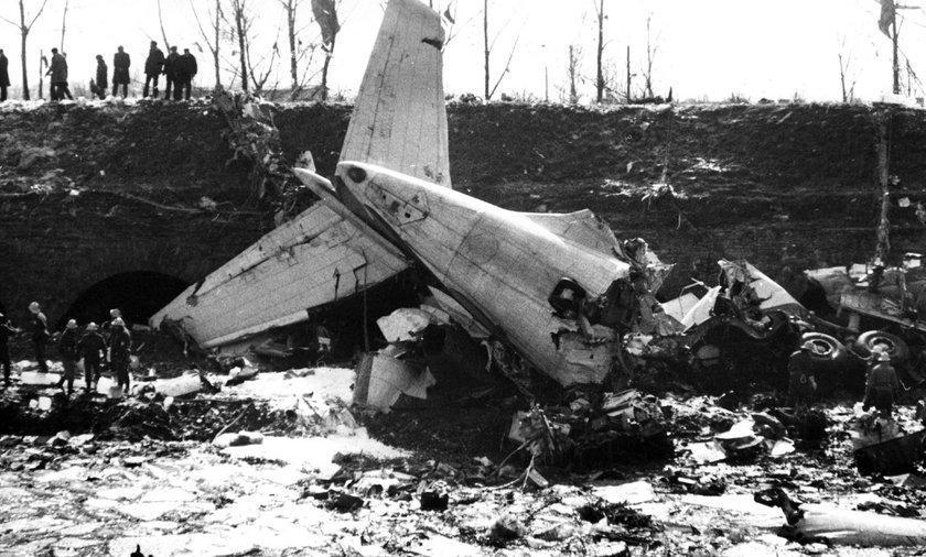 Ogon samolotu w miejscu katastrofy