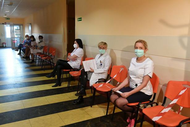 Kolejka oczekujących na szczepienia przeciw Covid-19 w siedzibie Wojewódzkiego Szpitala Specjalistycznego im. Biegańskiego w Łodzi