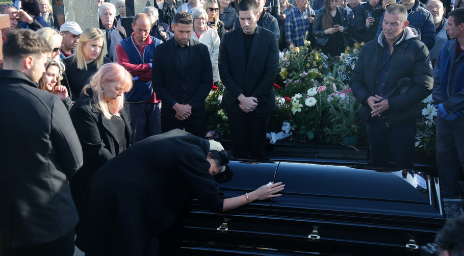 Jelena Karleuša na sahrani majke Divne