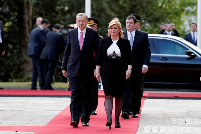 Sa turskim predsednikom, iza njih je Kolindin suprug