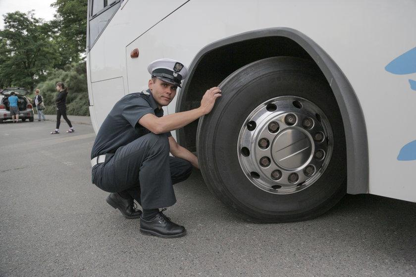 Inspektor ITD podczas kontroli opon autokaru