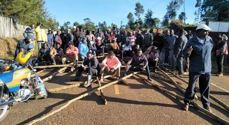 Deputy President William Ruto's suppoters block entry to a venue where Senator Gideon Moi was supposed to be installed as a Kalenjin elder