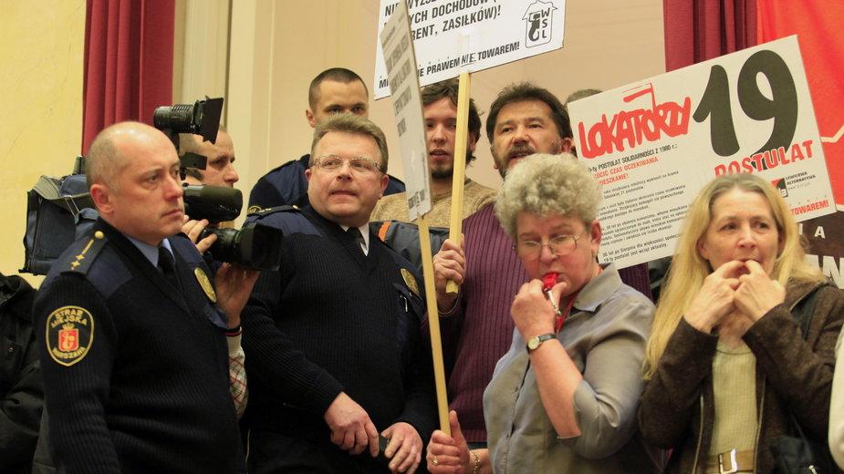 Protest zorganizowany przez Komitet Obrony Lokatorów w 2010 r.,  w środku Jolanta Brzeska