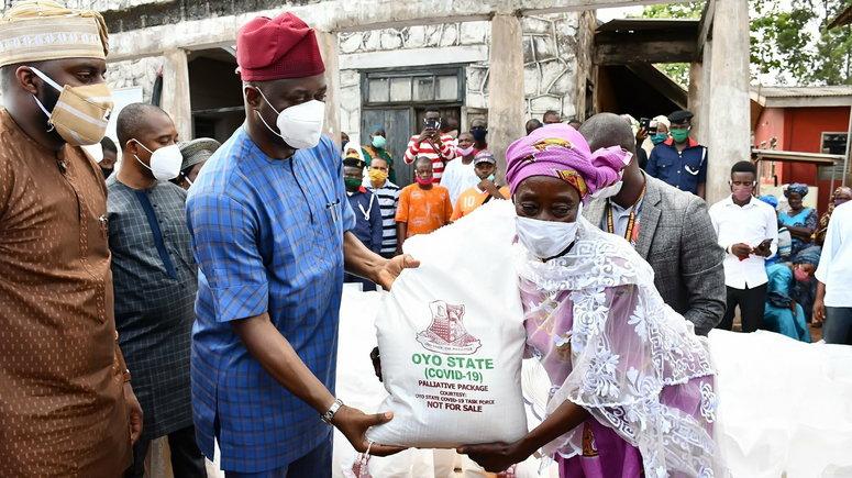 Governor Seyi Makinde distributes palliative in Oyo. (Oyo State Government)
