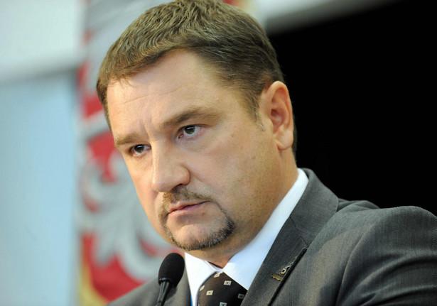 """Jak podkreślił przewodniczący """"Solidarności"""" Piotr Duda, do zadań kierowanego przez niego związku należy nie tylko ochrona miejsc pracy i walka o godne zarobki. """"Dbamy również o inne czynniki, które wpływają na sytuację pracowników. W tym przypadku nie możemy milczeć, bo chodzi tu o wyjątkowy dla Polaków dzień. W dodatku problem dotyczy ok. 150 tys. pracowników handlu, z czego większość stanowią kobiety"""" - powiedział."""