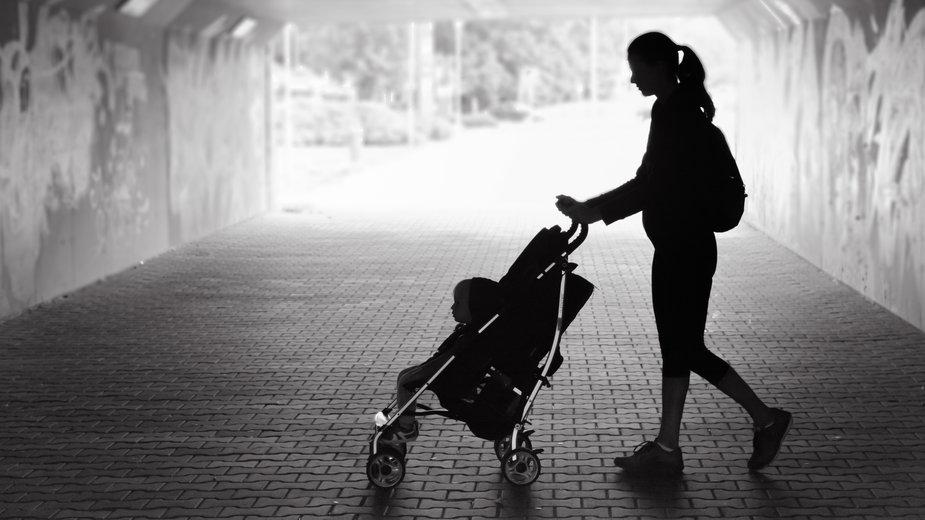 Samotne bezrobotne matki