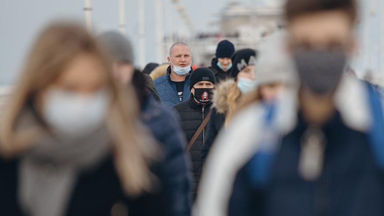 20.02.2021 Sopot , ul. Bohaerow Monte Cassino . Tlum ludzi spaceruje wzdluz najpopularniejszej ulicy w Sopocie . Mimo tlumow wiele osob nie zaslania nosa i ust . fot. Bartosz Banka / Agencja Gazeta