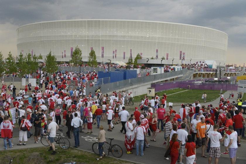 Tłumy ludzi przed Stadionem Miejskim we Wrocławiu