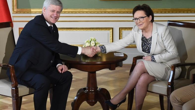 ... Po trzecie: spódnica miała nieodpowiednią długość - kiedy pani premier siedziała, nogi były zbyt mocno osłonięte - podobnie zresztą jak rękawy bluzki i marynarki. Te pierwsze były za długie, a te drugie - za krótkie (jeśli miałyby dobrze wyglądać w połączeniu z bluzką z długimi rękawami)...