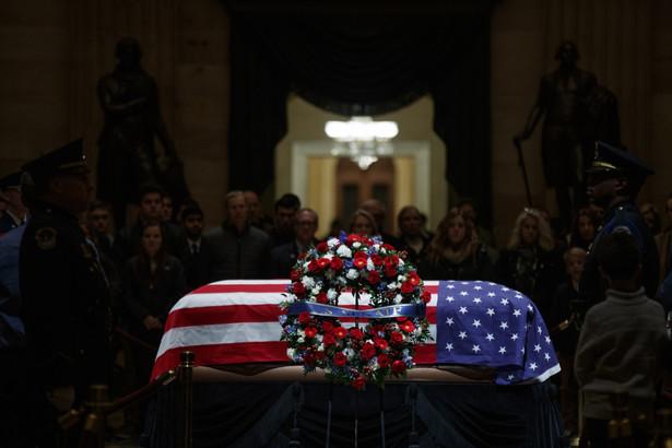 Trumna z ciałem George'a H.W. Busha została ustawiona na tym samym pospiesznie zbitym z sosnowych desek i pokrytym czarnym suknem katafalku, na którym w roku 1865 spoczęła trumna z ciałem prezydenta Abrahama Lincolna, uważanego za jednego z najwybitniejszych amerykańskich prezydentów.