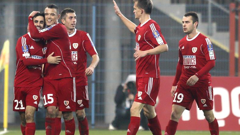 Gerard Badia (L) przyjmuje gratulacje od partnerów z miejscowego Piasta po strzeleniu gola w meczu 1/8 finału piłkarskiego Pucharu Polski z PGE GKS Bełchatów w Gliwicach