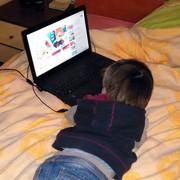Dečak sa video igricama