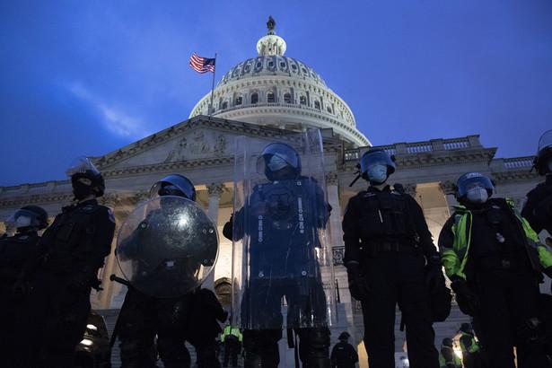 USA/ AP: Szef policji Kapitolu złoży rezygnację 16 stycznia Szef policji Kapitolu Steven Sund złoży rezygnację 16 stycznia w związku ze środowymi wydarzeniami w siedzibie amerykańskiego Kongresu - poinformowała w czwartek agencja AP, powołując się na źródła. Wcześniej dymisji Sunda zażądała szefowa Izby Reprezentantów Nancy Pelosi. Sund oświadczył w czwartek, że policja przygotowana była na pokojową demonstrację zwolenników prezydenta Donalda Trumpa i nie spodziewała się brutalnego ataku. Dodał, że w czasie swojej 30-letniej służby policyjnej nie doświadczył czegoś tak wstrząsającego. Podczas zamieszek na Kapitolu funkcjonariusze sił federalnych, odpowiedzialni za ochronę Kongresu, pozwolili zwolennikom urzędującego szefa państwa na szturm na Kapitol, przez co parlamentarzyści musieli uciekać. Przedstawiciele straży Kapitolu anonimowo przyznają, że było ich zbyt mało, by odeprzeć tłum, narzekają także na brak koordynacji działań. Sund utrzymywał, że napór protestujących był przytłaczający, a podległe mu oddziały były atakowane. W starciach rannych zostało blisko 50 funkcjonariuszy, zmarło czterech demonstrantów. (
