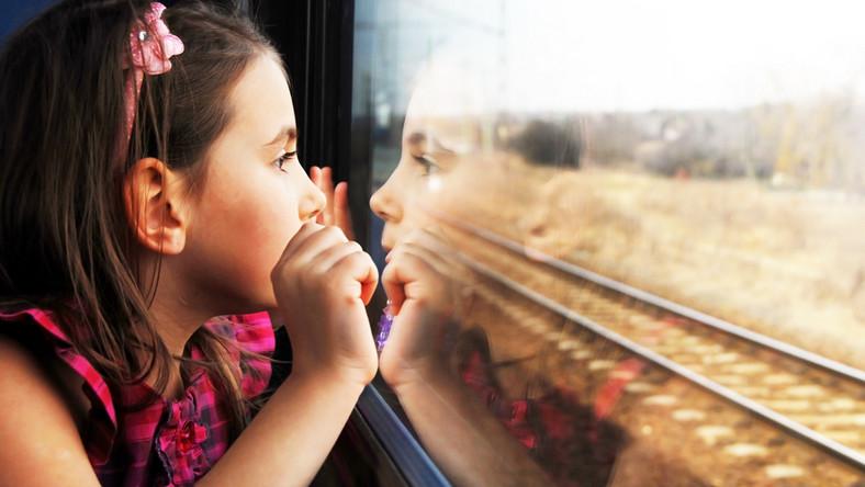 Dziewczynka w pociągu