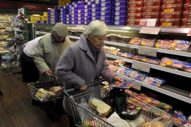 Polski klient na każdym kroku porównuje różne oferty dotyczące tego samego produktu i rzadko kieruje się impulsem. Wystarczy jednak nazwać coś obniżką, by na zakupy ruszyły tłumy.