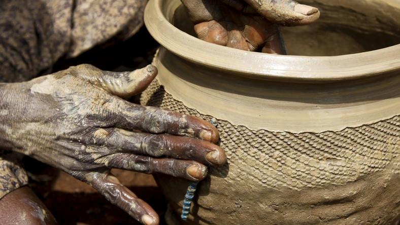 Jeden garnek wyprodukowany przez ludzi z plemienia Twa (Batwa) średnio kosztuje 40 franków rwandyjskich, czyli około 5 centów amerykańskich