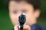 dečak pištolj