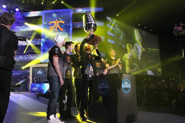Zespół fnatic odbiera puchar mistrza świata Counter-Strike:Global Offensive