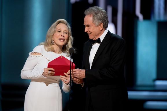 Trenutak kada Fej Danavej izgovara pogrešno ime dobitnika Oskara za najbolji film