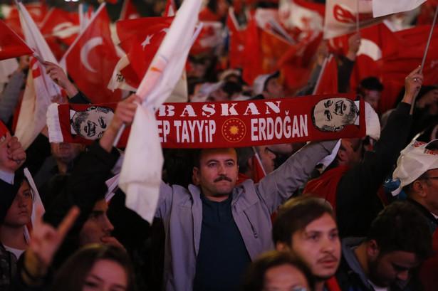 """Zdaniem """"Frankfurter Allgemeine Zeitung"""" wynik referendum oznacza """"faktyczne zniesienie zasady trójpodziału władz"""". """"Nie ma żadnych wątpliwości: Turcja, także instytucjonalnie, znajduje się na drodze do autorytarnego państwa wodzowskiego"""" - pisze Klaus-Dieter Frankenberger."""
