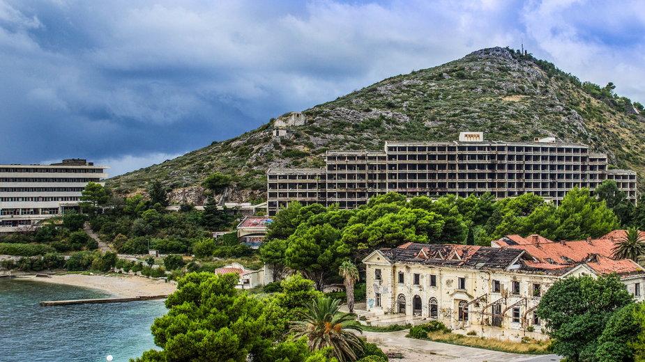 Opuszczone hotele nad Adriatykiem w Kupari koło Dubrownika (Chorwacja)