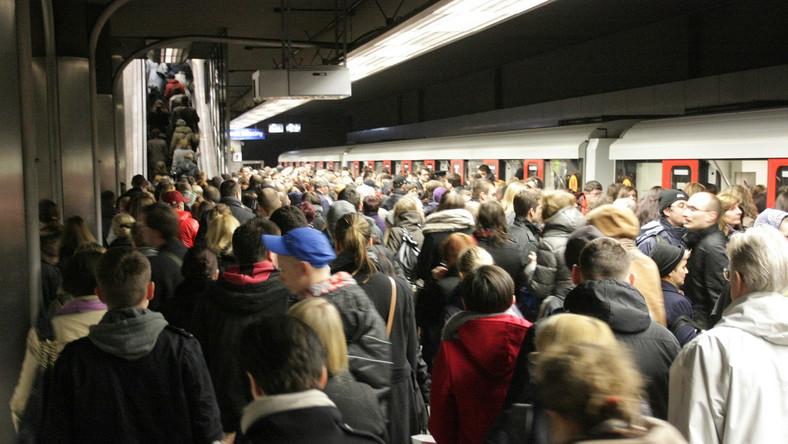 Stacja została zamknięta w związku z budową przejścia między pierwszą a drugą linią metra