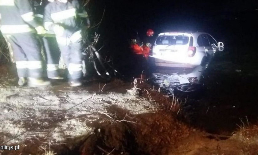 Ciechanów: Policjanci uratowali 43-latkę. Jej auto tonęło w stawie