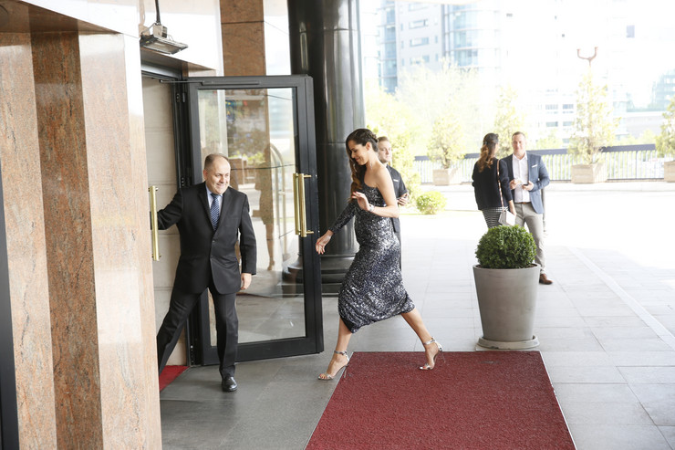 EKSKLUZIVNO, VIDI SE STOMAK Trudna Ana Ivanović NIKAD LEPŠA na svadbi brata: Visoke štikle, golo rame i haljina sa šljokicama